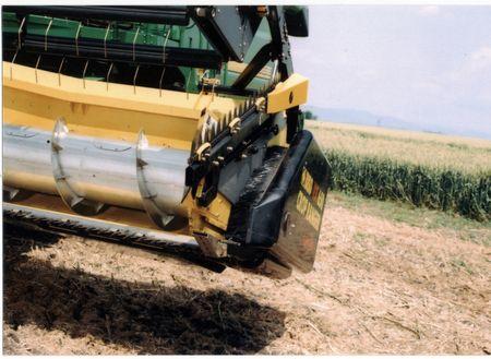 """1. kép: oldalkaszával szerelt Biso VX Crop Ranger VX 650 """"vario"""" vágóasztal oldalvágó kaszával"""
