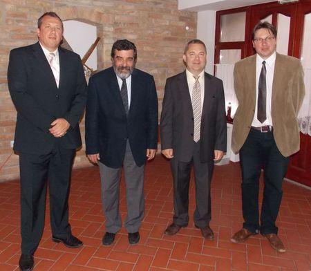 A képen balról-jobbra: Kapás Sándor a Déli- Farm Kft. projektmenedzsere, prof. Dr. Mézes  Miklós, ifj. Palotás Sándor, Dr. Ábrahám Csaba