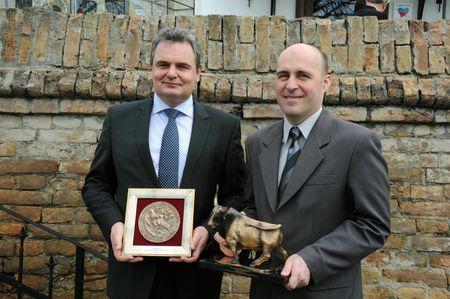 Ádám János mezőgazdasági vezérigazgató és Dr. Fábián János kutatás-fejlesztési igazgató a Termék Díjakkal