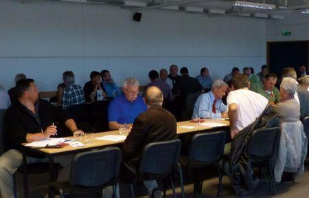 A közgyűlés résztvevői tanácskozás közben