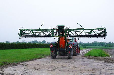 Permetező teszt előtt – a traktor előtt jól kivehetők a betonba épített bordák