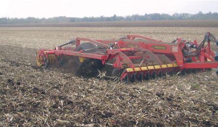 4. kép: a talajvédő művelés célgépe a nehézkultivátor (Fotó: Bottlik)