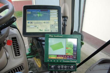 A traktor fülkéjében elhelyezett monitorok