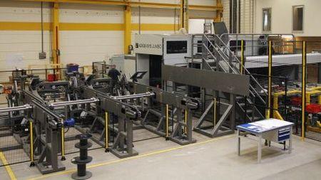 A hegesztő- és az anyagmozgató robot közvetlenül egy multifunkcionális gép szomszédságában dolgozik, amely a Tempo gyártósorát vetőegységekkel látja el, teljesen automatizálva a folyamatot.
