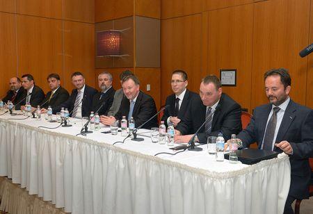 A közreműködő vállalatok és intézmények vezetői aláírják a megállapodást