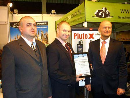 Bodó László, országképviselő, Hynek Divis, értékesítési vezető és David Havran, felelős igazgató a díjjal