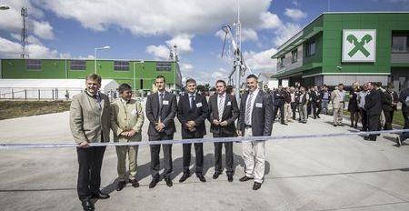 Balról jobbra: Reinhard Wolf, az RWA AG ügyvezető igazgatója, Ernst Zimmerl, az Osztrák Nagykövetség  agrárattaséja, Szabó Viktor és Bene László, a Raiffeisen-Agro Magyarország Kft. ügyvezetői, Lukács József,  a  NÉBIH  Növénytermesztési  és  Kertészeti  Igazgatóságának  elnökhelyettese,  valamint  Győrffy  Balázs,  a  Nemzeti Agrárgazdasági Kamara elnöke avatták fel szalagátvágással az új központot