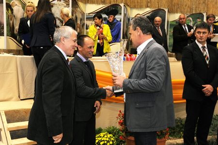 Ádám János vezérigazgató (jobbra) vette át a díjat