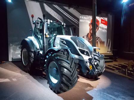 A T volt az első traktor, amit a jelenlévők először  megpillanthattak az új erőgépek közül