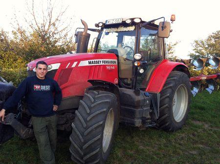 Ács Gábor MF 7614 traktorával – a családi  gazdaságban univerzális célokra használják a  gépet pótkocsizástól a talajmunkáig