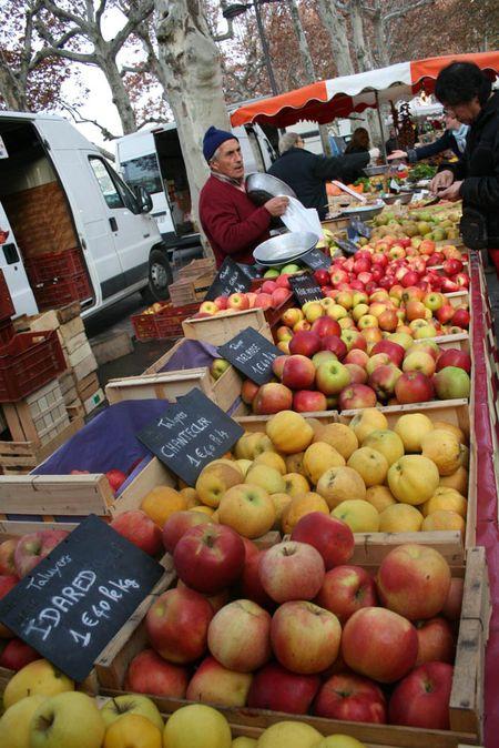 Termelő árusítja a saját almáját a lyoni heti piacon