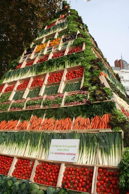 A francia zöldségtermelők országos szakszervezetének kongresszusa alatt állított zöldségpiramis Lyon belvárosában