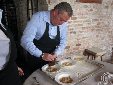 Szarvasgombás helyi ételkülönlegesség készítése Piemontéban
