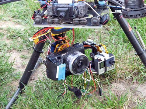 2. kép: egy előre tekintő láthatófény tartományú kamerával, illetve több adatrögzítő kamerával ellátott UAV (forrás: FlyBySense)
