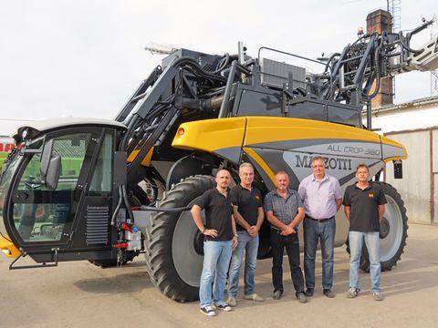Holló Ambrus tulajdonos (középen) az értékesítő csapat gyűrűjében