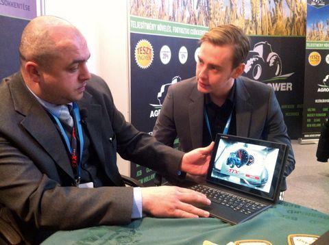 motorfékpad_Bodo László (balra) és František Humpoliček ismerteti az ATX Dyno működését