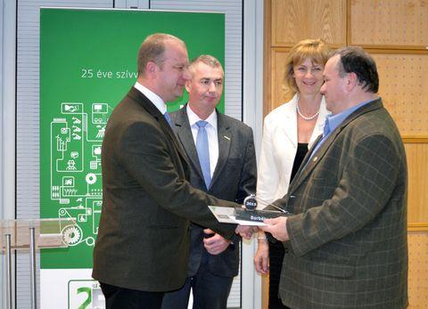 Ünnepélyes díjátadás pillanata. A képen (balról): Torgyik Attila, Mezőfi Gábor,