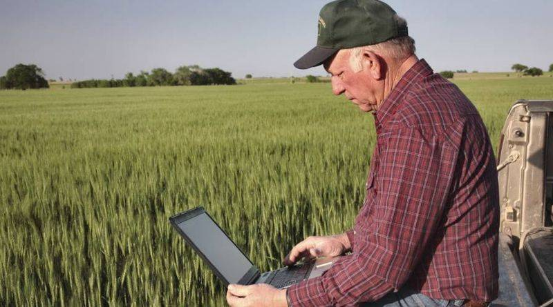farmer-and-laptop-800