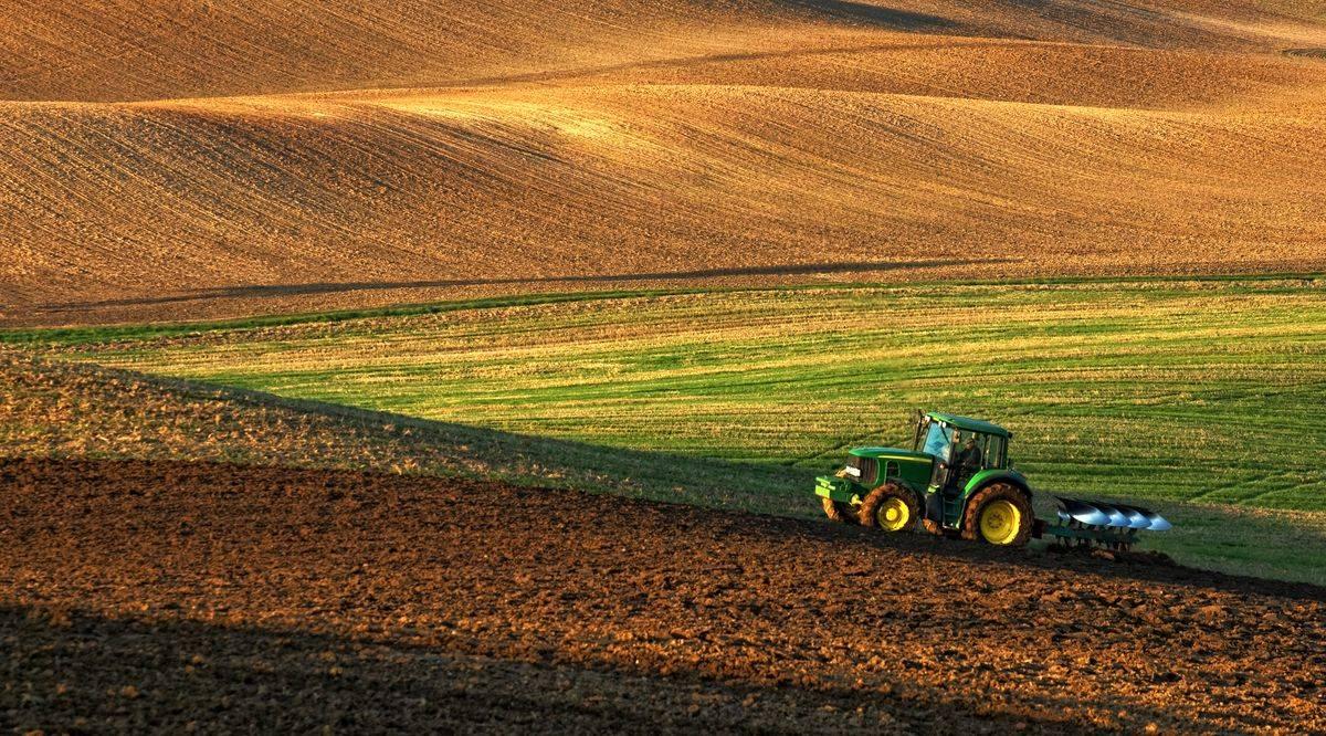 szantofold-traktor-szantas-eke-talaj-1200